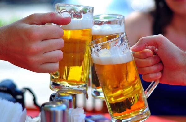 Uống nhiều rượu bia là một trong những nguyên nhân dẫn đến Gout